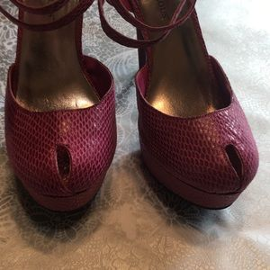 JustFab Shoes - pink reptile heel sz 6.5